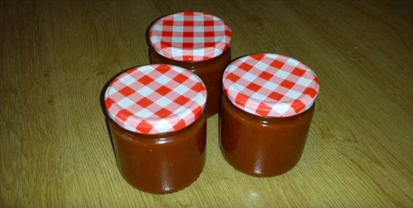 Salsa de tomate casera en conserva